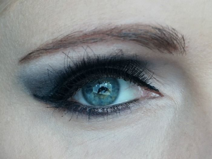 Dark grey smokey eye with Urban Decay Naked Smoky
