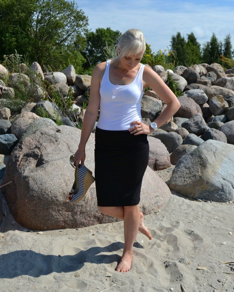 Outfit post and weekly fashion & style link up. I'm wearing black Splendid Fold Over Pencil Skirt, plain white H&M top, River Island striped wedges, Michael Kors watch and Oakley sunglasses