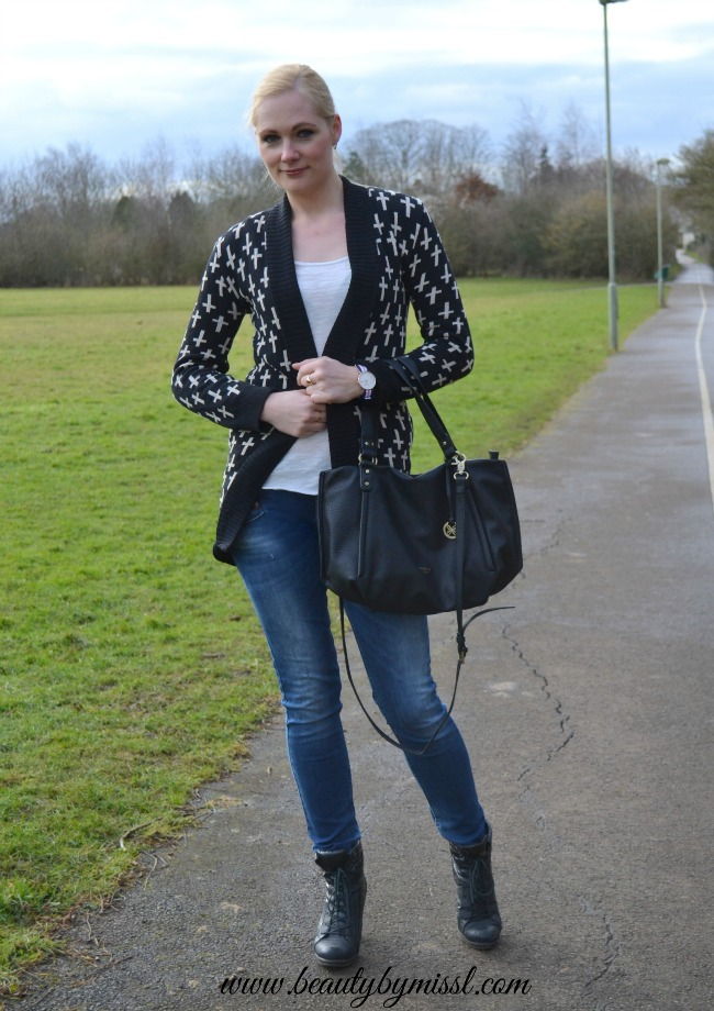 outfit jeans and knitted cardigan