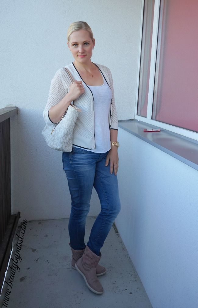 casual fall outfit: jeans, boots, cardigan | www.beautybymissl.com