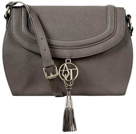 Essential accessories for Fall: crossbody bag