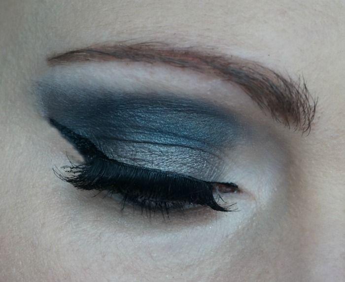 Dark grey smokey eye with Urban Decay Naked Smoky