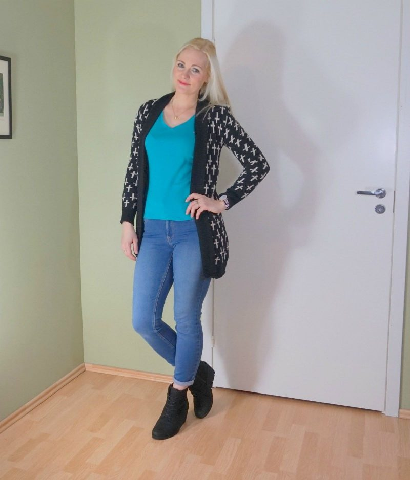 long knitted cardigan, Ecco boots, Hilfiger t-shirt, Guess jeans, Daniel Wellington watch