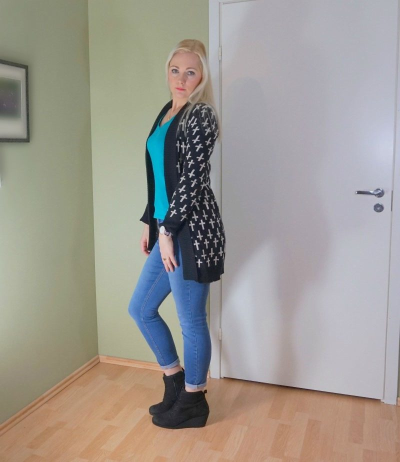 long knitted cardigan, Hilfiger t-shirt, Guess jeans, Ecco boots