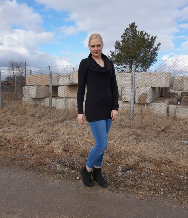 black cowl neck top, light blue high waist jeans, black wedge booties