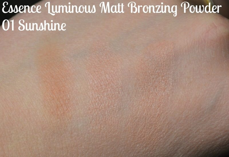 Essence Luminous Matt Bronzing Powder - 01 Sunshine swatches