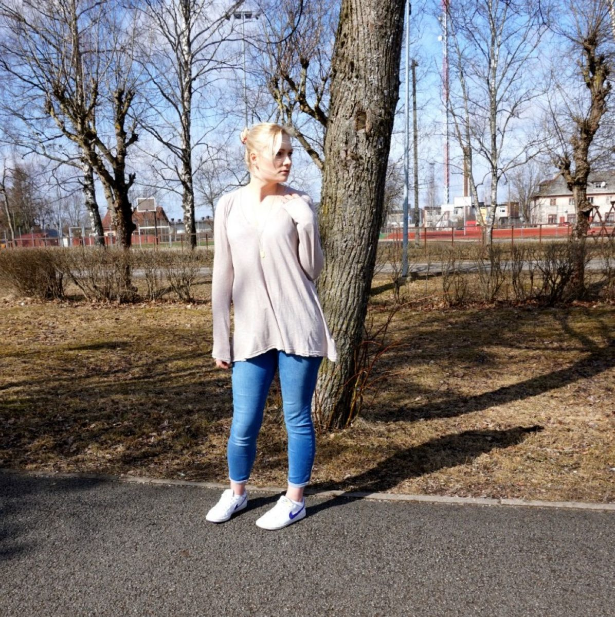 Guess jeans, Free People tee, Nike trainers, Daniel Wellington watch, Madewell necklace