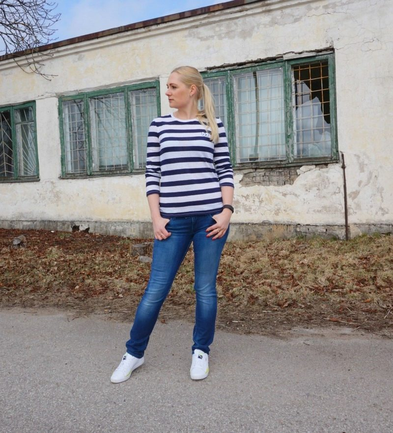 Striped top jeans white sneakers & link up