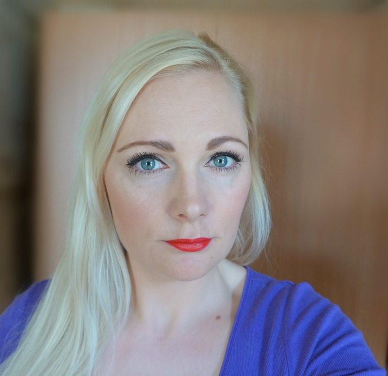 simple daytime makeup look feat Avon Mark. Plump It lipstick Rebel Red