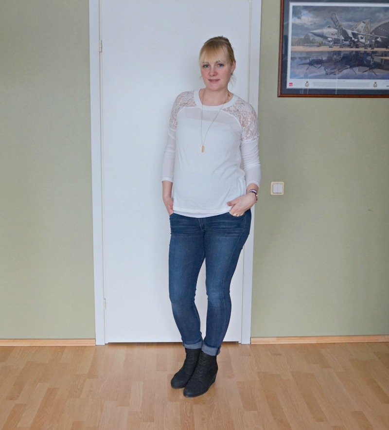 maternity outfit white top blue jeans