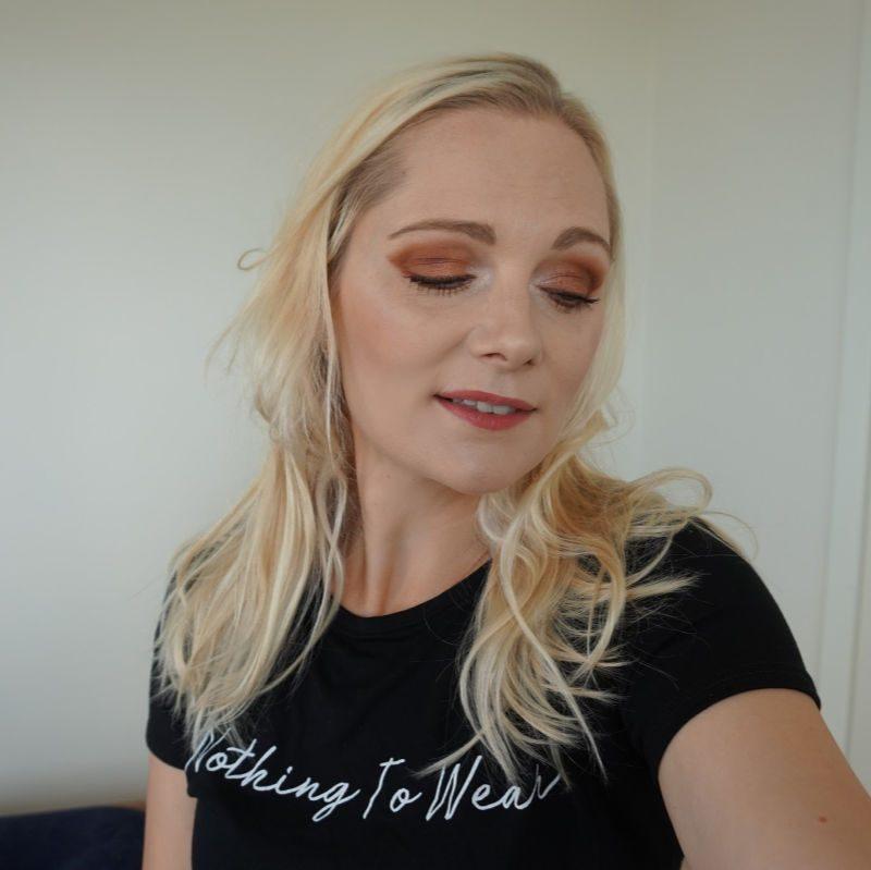 simple makeup look in warm brown tones