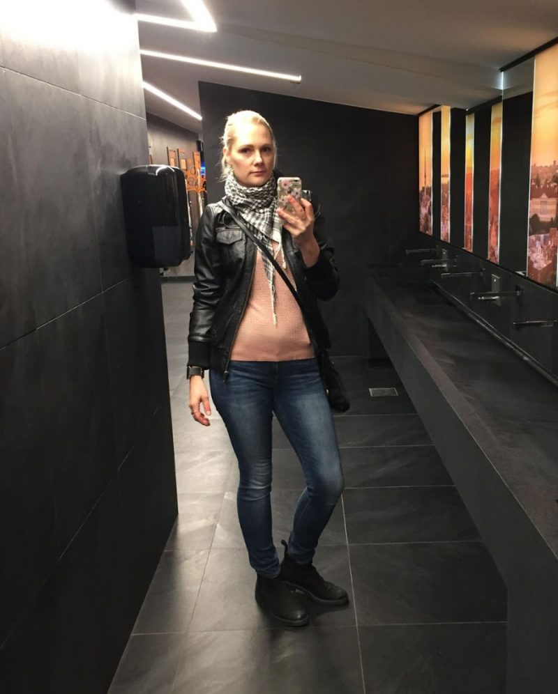 Simple fall outfit: leather jacket, sweater and jeans