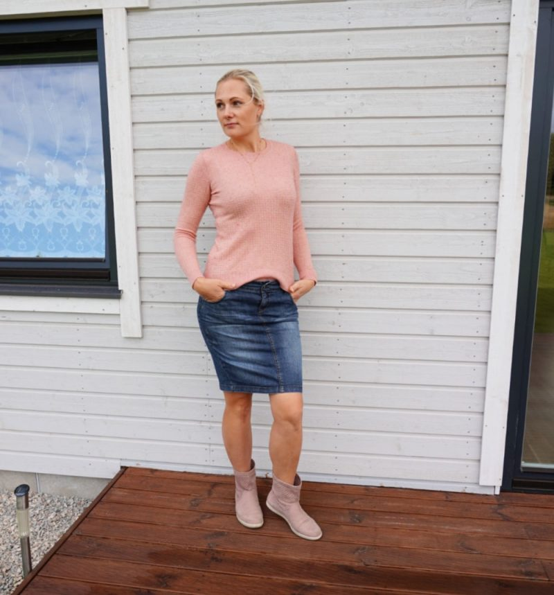 dark blue denim skirt and pink sweater outfit for fall