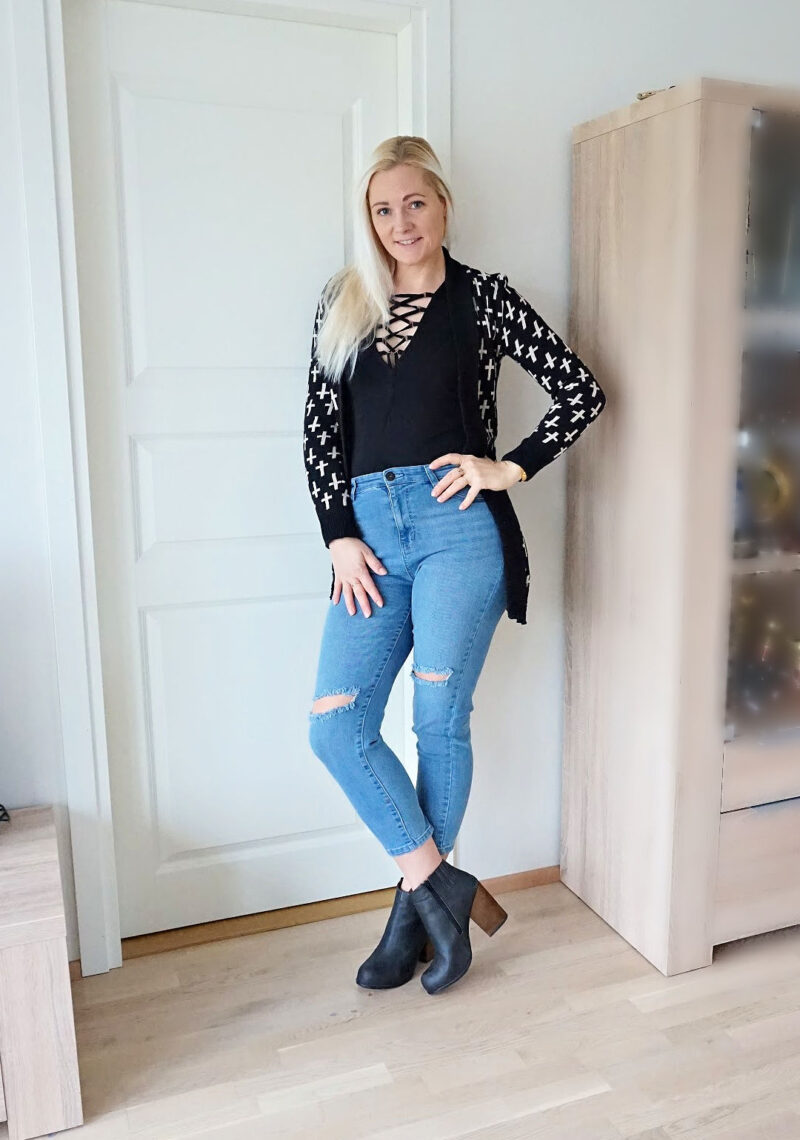 black lace up bodysuit and skinny jeans