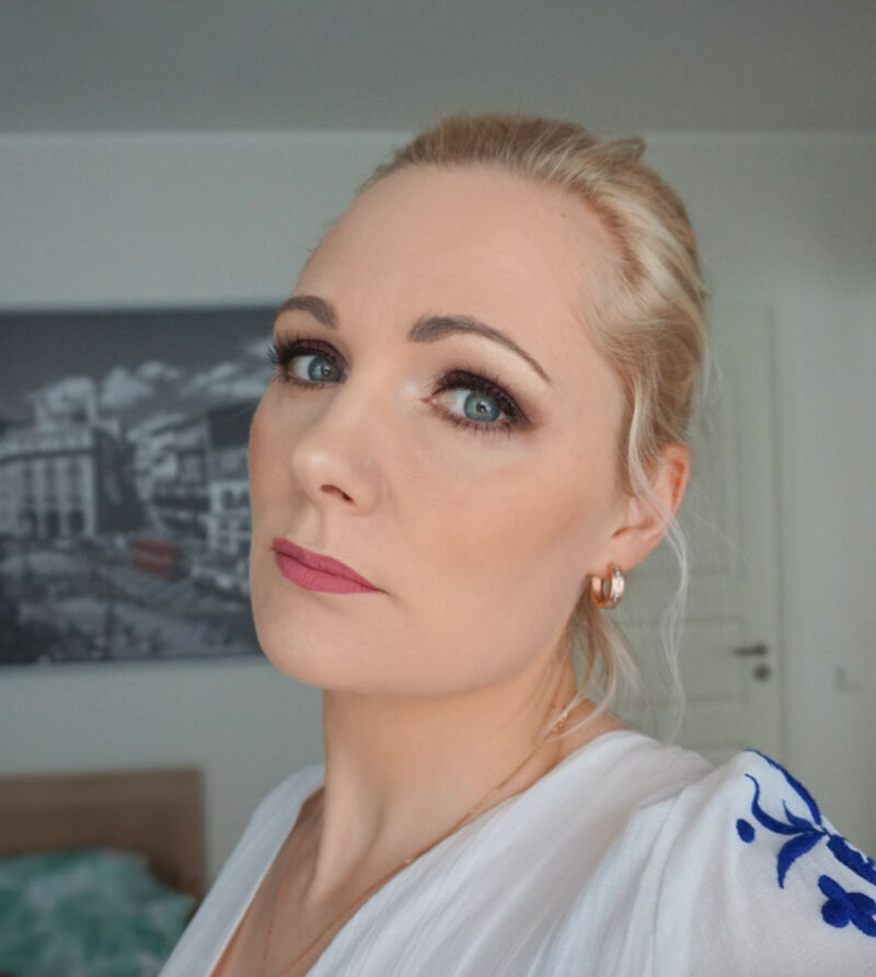 bold eyemakeup look with essence the rose edition eyeshadow palette and essence lash princess natural effect false lashes