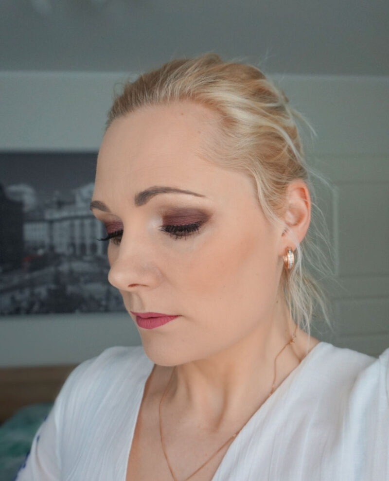 evening look with Essence the rose edition eyeshadow palette